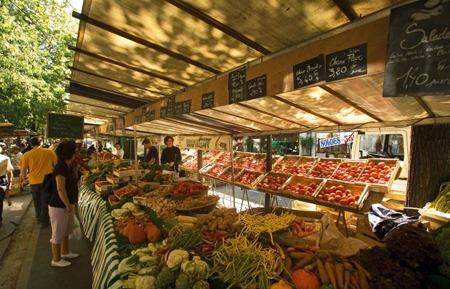 Lokale markt in De Wand, het is mogelijk met de inwoners en handelaars